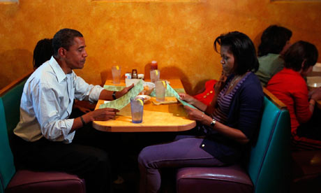 The-obamas-eating-dinner-001-1